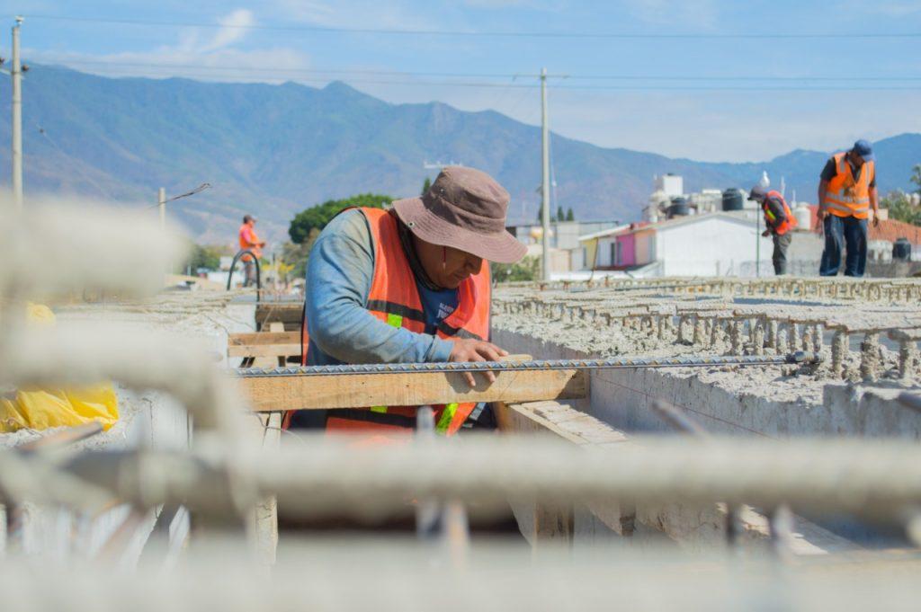 """Para constatar los trabajos de la construcción del nuevo puente Vehicular sobre el Río Salado, diputados locales y Autoridades Municipales de Santa Cruz Amilpas acompañaron al titular de Caminos y Aeropistas de Oaxaca (CAO) en un recorrido de supervisión. Durante la visita a la obra, la presidenta de la Comisión Permanente de Vigilancia de la Deuda Pública del Estado, diputada Griselda Sosa Vásquez y la presidenta municipal de Santa Cruz Amilpas, Natividad Matías Morales, verificaron el avance del 80 por ciento en la construcción del puente, así como los trabajos adicionales consistentes en recubrimiento de taludes y limpieza del Río Salado. Esta obra cuenta con un presupuesto de 12 millones de pesos para dar conectividad a toda la zona oriente de la capital oaxaqueña. """"La ejecución de esta obra es resultado del trabajo en equipo con los integrantes de la LXIV Legislatura y el Gobierno del Estado, puesto que es una obra compromiso del Gobernador Alejandro Murat"""", recordó. Por su parte, la diputada Griselda Sosa, destacó que """"hoy somos testigos de los avances de la construcción del puente, que no solo beneficia los accesos al Fraccionamiento el Rosario, sino también la movilidad hacia el Aeropuerto de la capital del estado y centros educativos como la Universidad Regional de Sureste (URSE), y la Universidad Benito Juárez de Oaxaca (UABJO)"""", indicó. Asimismo, mencionó que el Congreso esta de manera puntual vigilando que estas obras se ejecuten y se cumplan de manera eficiente, eficaz y transparente. Finalmente, la presidenta municipal de Santa Cruz Amilpas, Natividad Matías Morales, agradeció al titular del ejecutivo la priorización de esta obra vial, que durante años se había solicitado y que hasta ahora, en su gestión se logró la construcción de este puente y otras obras de infraestructura que se realizan en el municipio."""